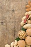 Set nuts Frucht auf hölzernem Hintergrund Stockfotografie