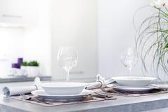 Set obiadowi talerze w nowożytnej kuchni Zdjęcia Royalty Free