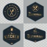 Set odznaki, sztandar, etykietki, logowie dla karmowej restauraci, foods sklep i catering w złotym kolorze z bezszwowym wzorem, royalty ilustracja