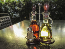 Set oliwa z oliwek i octu butelki na stole Obraz Stock