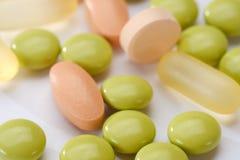 set ord för abstrakt begreppsläkarundersökning Preventivpillerar och minnestavlakapsel som isoleras på vit bakgrund Royaltyfria Bilder