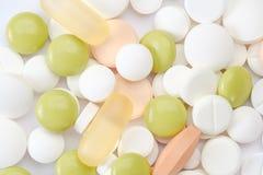 set ord för abstrakt begreppsläkarundersökning Preventivpillerar och minnestavlakapsel som isoleras på vit bakgrund Royaltyfri Foto