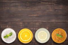 Set owocowy smoothie i sok w szkłach na drewnianym tle Zdjęcie Royalty Free