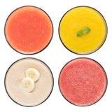 Set owocowy smoothie w szkłach odizolowywających na białym tle Obrazy Royalty Free