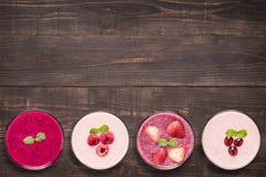 Set owocowy smoothie w szkłach na drewnianym tle Zdjęcie Royalty Free