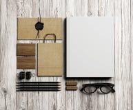 Set oznakować elementy na rocznika białym drewnianym tle Fotografia Royalty Free