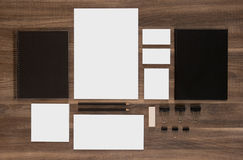 Set oznakować mockup na brown drewnianym biurku Zdjęcie Royalty Free