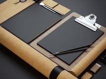 Set oznakuje elementy na czerń papieru tle rzemiosło Zdjęcie Stock