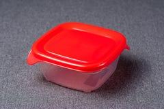 Set plastikowi naczynia Plastikowe fili?anki, talerze, rozwidlenia, ?y?ki i plastikowi zbiorniki na szarym tle, Przeciw klingeryt zdjęcia royalty free
