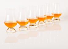 Set pojedynczy słodowi smaczni szkła, pojedynczy słodowy whisky w glas zdjęcia stock