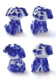 Set porcelana mali zabawkarscy psy Szczeniaka styl Gzhel na białym odosobnionym tle tradycyjny ornamentu rosjanin Fotografia Stock