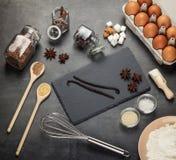 Set produkty dla przygotowania ciasto, łyżka i Corolla na szarość, ukazujemy się obrazy royalty free