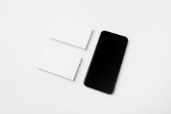 Set puste Białe wizytówki i smartphone na białym tle horyzontalny Obrazy Royalty Free