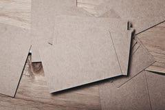 Set puste wizytówki na drewno stole Obrazy Royalty Free