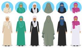 Set różne trwanie arabskie stare kobiety w tradycyjnej muzułmańskiej arabskiej odzieży w mieszkanie stylu Muzułmanin, język arabs ilustracji