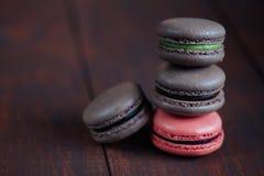 Set różni francuscy ciastek macaroons na drewnianym tle zbliżenie Kawa, czekolada, pistacja, malinka obraz stock