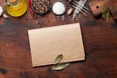 Set różnorodne pikantność, ziele i książka kucharska obraz stock