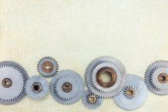 Set różnorodni metali gearwheels na porysowanej mosiądz powierzchni Obrazy Stock