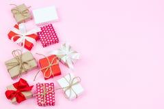 Set różnorodni prezentów pudełka na różowym tle w mieszkaniu nieatutowym i odgórnym zdjęcia royalty free