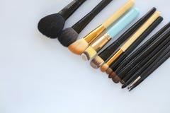 Set różnorodny fachowy kosmetyczny makeup szczotkuje na lekkim tła zakończeniu Zdjęcie Stock
