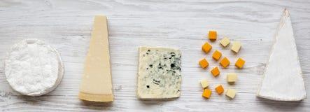 Set różnorodny ser na białej drewnianej powierzchni, odgórny widok Od above, mieszkanie nieatutowy, koszt stały zdjęcia stock