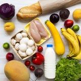 Set różnorodny zdrowy jedzenie na białej drewnianej powierzchni, odgórny widok Kulinarny karmowy tło pojęcia zdrowe jedzenie zdjęcia royalty free