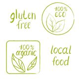 Set ręka rysujący znaczek z słowami 100% organicznie, 100% eco, miejscowy royalty ilustracja