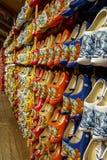 Set r??nego kolorowego rocznika Holenderscy drewniani chodaki na pokazie zdjęcia royalty free