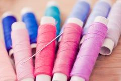 Set rosafarbene bunte Nähgarne lizenzfreies stockfoto