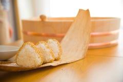 Set Ryżowa piłka `` Onigiri `` jest typowym posiłkiem w Japonia Japończycy chwytają niektóre ryż w piłki z kształtem wewnątrz tri zdjęcie royalty free