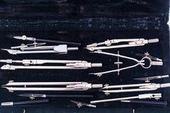Set rysunkowi metali kompasy w czarnym pudełku Obraz Stock