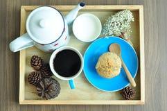 Set słodka bułeczka z czarną kawą i mlekiem Zdjęcie Royalty Free