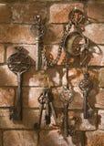 Set słoneczni klucze na ścianie z cegieł fotografia stock