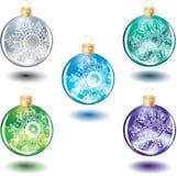 Set schönes Weihnachtsglaskugeln mit Dekorum Stockfotos
