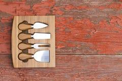 Set serowi krajacze w dostosowywającym drewnianym bloku Zdjęcie Stock