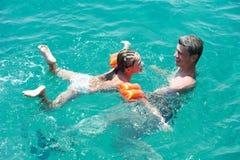 set snorkel för aktivt strandparhav Fotografering för Bildbyråer