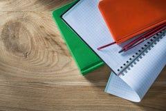 Set spirala sprawdzał copybook notepads pióro na drewnianej desce zdjęcia royalty free