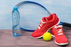 Set sportowe rzeczy i woda, dla bawić się tenisa Zdjęcia Stock