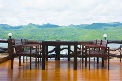 Set stół i krzesła na pięknej drewnianej podłoga Zdjęcie Royalty Free