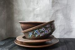 Set stary ceramiczny tableware Set talerze, puchary E drewniany t?o zmrok obraz royalty free