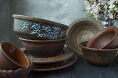 Set stary ceramiczny tableware Set talerze, puchary E drewniany t?o zmrok obrazy royalty free