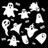 Set straszni biali duchów charaktery na czarnym tle, Halloweenowa wakacyjna płaska ikona Zdjęcie Stock