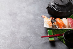 Set of sushi and green tea Royalty Free Stock Photography