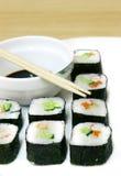 Set Sushi und Ess-Stäbchen Stockbild