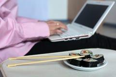 Set suszi i ciało Żeński działanie na laptopie Obrazy Royalty Free