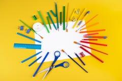 Set szkolne biurowe dostawy na żółtym tle zdjęcie royalty free