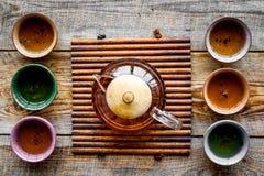 set tea för ceremoni Glass tekanna och keramiska koppar på bästa sikt för lantlig träbakgrund Arkivfoton