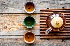 set tea för ceremoni Glass tekanna och keramiska koppar på lantlig träcopyspace för bästa sikt för bakgrund Arkivbilder