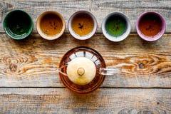 set tea för ceremoni Glass tekanna och keramiska koppar på lantlig träcopyspace för bästa sikt för bakgrund Arkivfoton