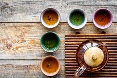 set tea för ceremoni Glass tekanna och keramiska koppar på lantlig träcopyspace för bästa sikt för bakgrund Arkivbild